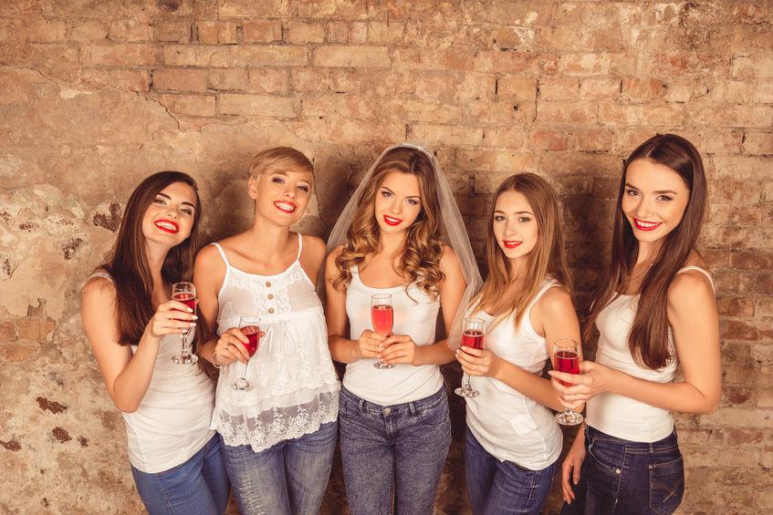 Groupe-filles-devant-mur-EVJF-csparty